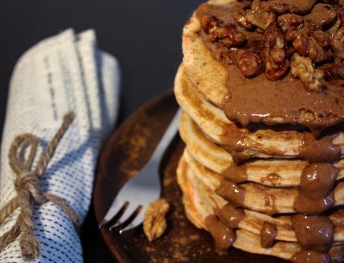 Winterliche Pancakes mit Zimtäpfeln und karamellisierten Walnüssen